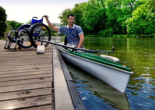 foto: mann med rullestol og kajakk